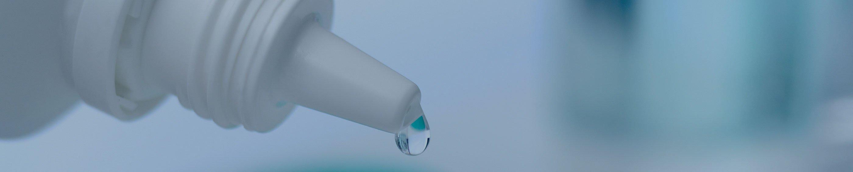 La solución de contactos se dejó caer en una caja de lentes de contacto