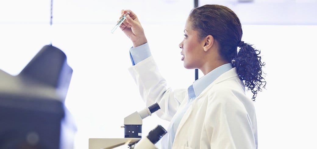 Un doctor en un laboratorio inspeccionando un tubo de ensayo