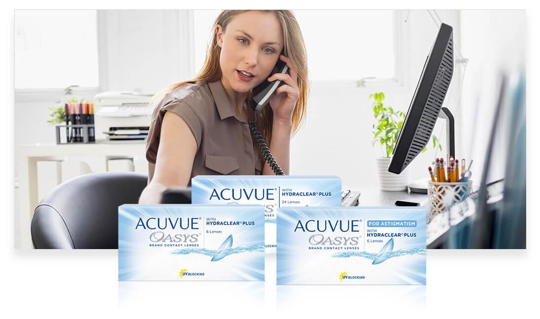 Una mujer en su oficina, ocupada y hablando por teléfono
