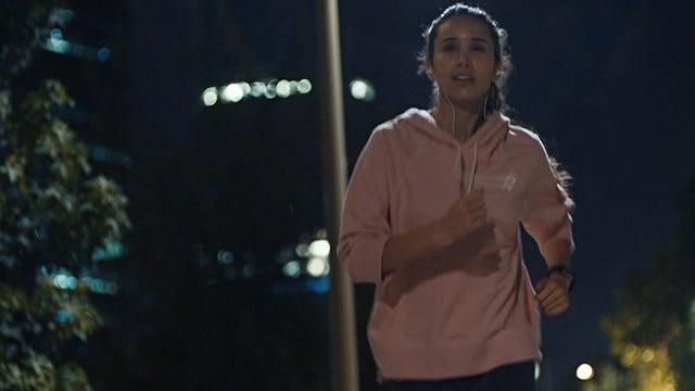 Mujer corriendo en la noche